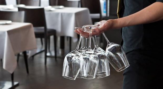 Kellner sollen nach dem Willen von Gastronomen und Hotelbetreibern künftig an drei Tagen in der Woche offiziell 12 Stunden am Tag arbeiten dürfen.