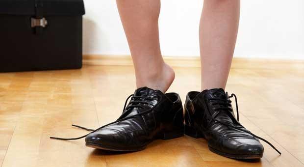 Bei der Firmenübergabe schlüpft der Nachfolge in die Schuhe des Inhabers. Passen sie?
