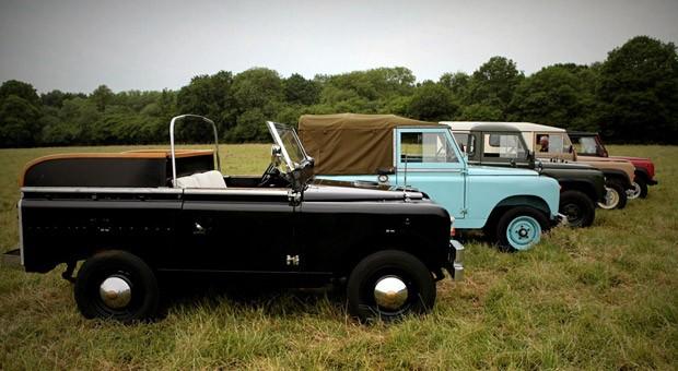 """Seit 1993 läuft die Oldtimer-Sammlung unter dem Namen """"Dunsfold Collection"""". Alle zwei Jahre können die Besucher auf einer Weide die Autos bestaunen. Hier sind fünf alte Modelle des englischen Herstellers zu sehen."""