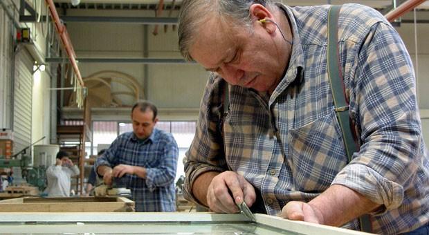 """Ein älterer Schreiner bei der Arbeit: """"Einige können direkt in Ruhestand gehen."""""""