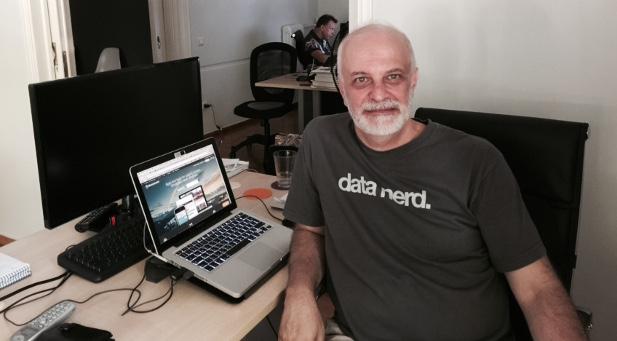 Start-up-Gründer Nikos Anagnostou an seinem Schreibtisch in Athen.