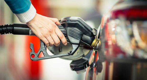 Einmal volltanken, bitte! Mit einer Tankkarte lässt sich an Tankstellen bargeldlos bezahlen. Ein Vergleich der Karten kann sich lohnen.