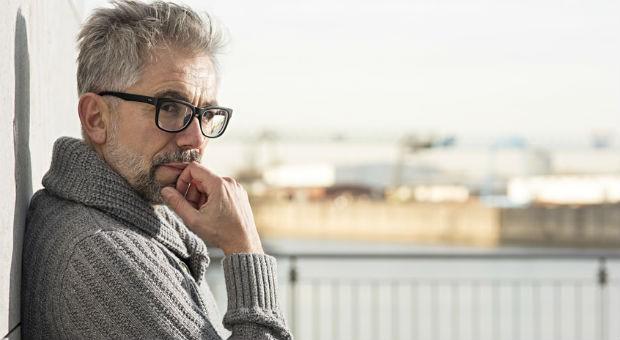 Ist die Altersvorsorge geregelt? Ein Firmeninhaber blickt nachdenklich in die Zukunft.