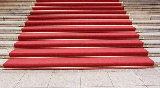 Einen roten Teppich müssen Sie Ihren Angestellten nicht ausrollen. Ob Mitarbeiter Ihre Firma für einen attraktiven Arbeitgeber halten, hängt von ganz anderen Faktoren ab.