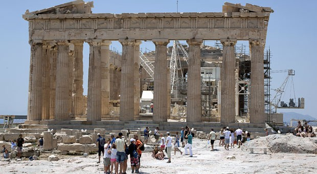 """Touristen auf der Akropolis: """"Es wäre spannend zu wissen, was eines Tages in den Geschichtsbüchern über diese historische Phase Europas stehen wird."""""""