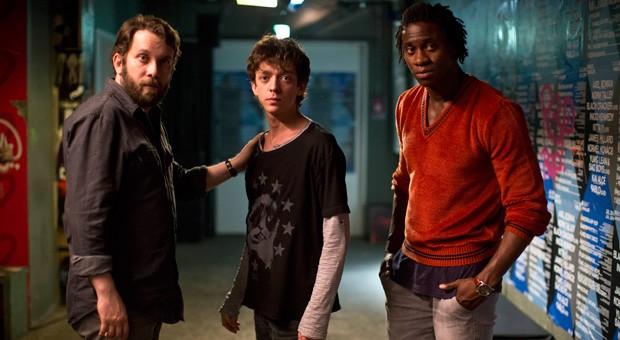 "Beck (Christian Ulmen), Rauli (Nahuel Peréz Biscayart) und Charlie (Eugene Boateng) im Film ""Becks letzter Sommer""."