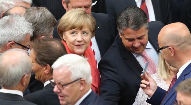 Bundeskanzlerin Angela Merkel (Mitte, l, CDU) und Bundeswirtschaftsminister Sigmar Gabriel bei der Abstimmung über ein neues Hilfspaket für Griechenland.