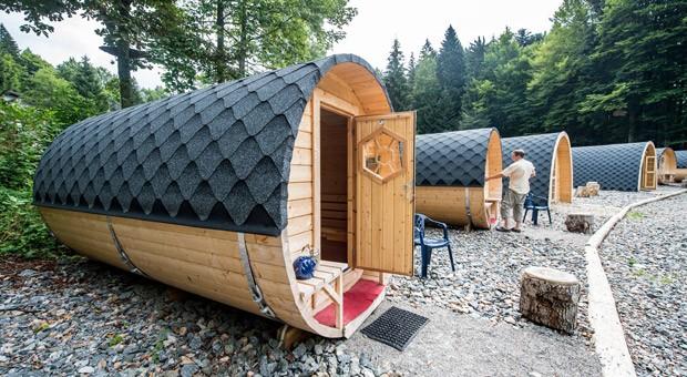Schlaffässer sollen zahlungskräftige Kundschaft auf die Camping-Plätze locken.