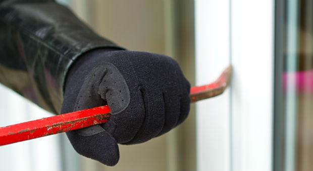 Einbrecher am Werk: In Städten ist das  Einbruchrisiko höher als auf dem Land.