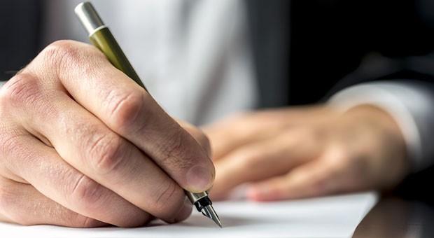 Bevor der Nachfolger in der Firma den Kaufvertrag unterschreibt, ist zu regeln, wie die Firma übertragen werden soll.