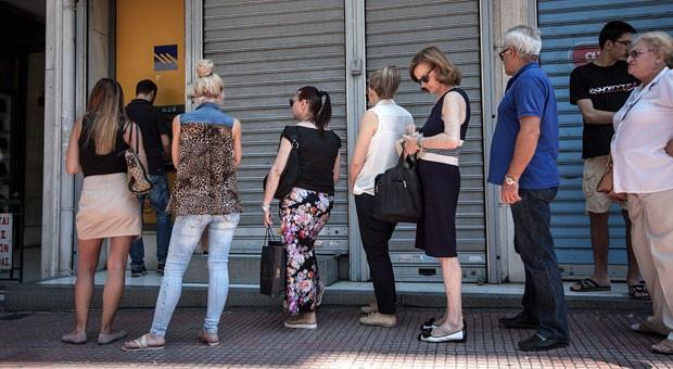 """Lange Schlangen vor den Geldautomaten: Aus Angst vor einem """"Grexit"""" heben die Griechen so viel Geld ab wie möglich. Doch wie realistisch ist eigentlich der Ausstieg des Landes aus dem Euro?"""