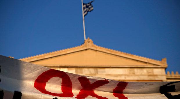 """Mit """"Oxi"""" - das heißt Nein - hatten die Griechen gegen die Reformpläne im Schuldenstreit gestimmt. Nun zürnen sie Ministerpräsident Tsipras, der dennoch einem Kompromiss zustimmte."""