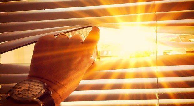 Volle Sonne im Büro? Dann helfen Jalousien - und ein Ventilator.