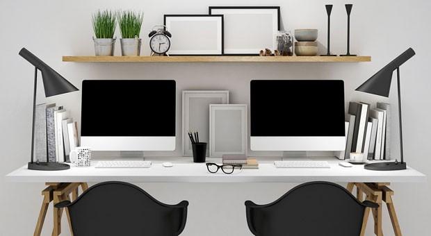 Ein Schreibtisch, zwei Stühle: Beim Jobsharing  teilen sich zwei Mitarbeiter eine Stelle.
