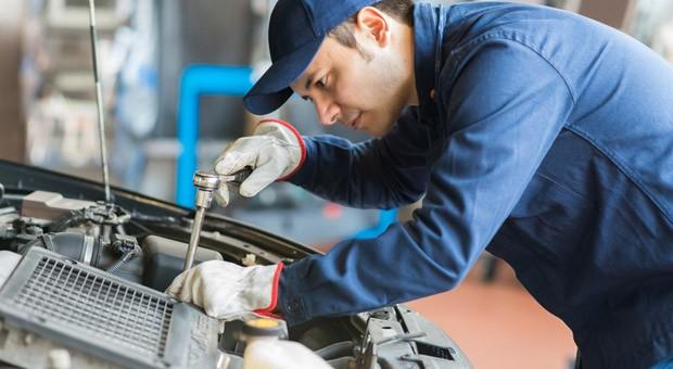 Kraftfahrzeugmechatroniker - einer von 328 dualen Ausbildungsberufen in Handwerk, Industrie und Handel.