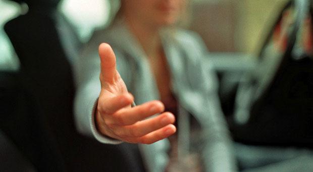 Achten Sie in Verhandlungen auf die Körpersprache - die ausgestreckte Hand wirkt offen, aber unter Umständen auch fordernd.