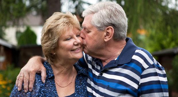 Küssen macht glücklich - das gilt für Menschen jeden Alters.