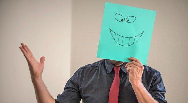Bitte recht freundlich?  Wer in Kundengesprächen mit souveränem Auftreten überzeugen will, sollte sich das Lachen lieber verkneifen.