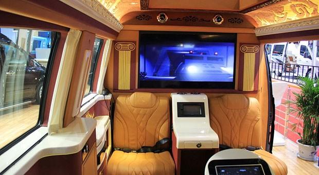 Die Luxusbusse  vereinen Kitsch und Hightech: In diesem Modell treffen griechische Säulen auf einen 40 Zoll großen Flachbildschirm.