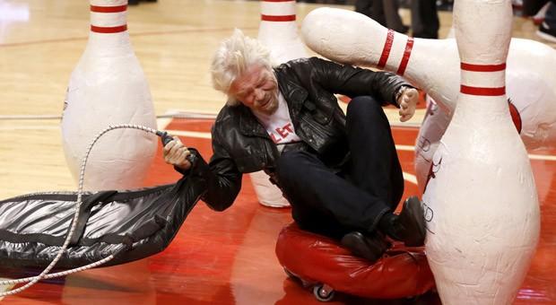 Richard Branson ist sich für  keinen Spaß zu schade: Wie zum Beispiel die menschliche Kugel während eines Basketballspiels in Chicago zu mimen.