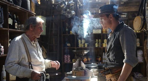 Slow West: Silas Selleck (Michael Fassbender) versorgt sich mit dem nötigen Proviant.