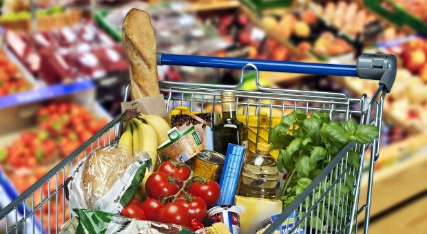 Einkauf im Supermarkt: Vor dem Bezahlen sehen, riechen und fühlen, was man in den Einkaufskorb packt.