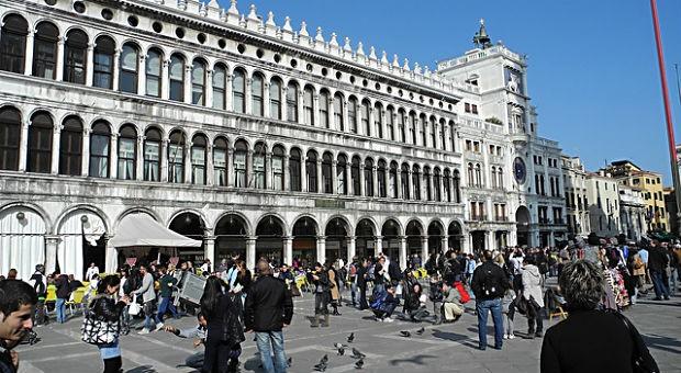 Der Dogenpalast, Tauben - und viele, viele Touristen: ein übliches Bild auf dem Markusplatz.