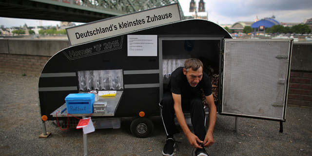 1,47 Quadratmeter und weiße Gardinen: der Mini-Caravan und Besitzer Maik Stolze.