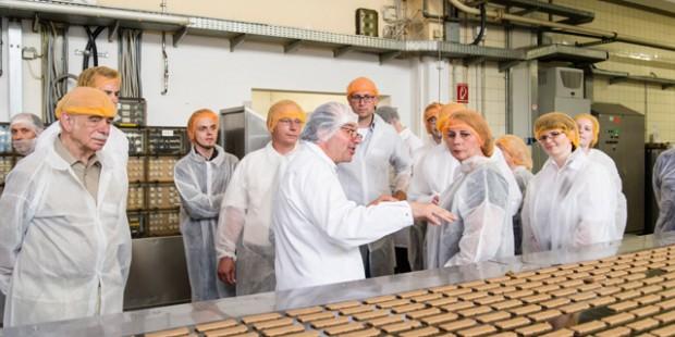 Impulse Mitgliedern wird bei Lambertz erklärt, wie die Aachener Firma ihre Kekse produziert.