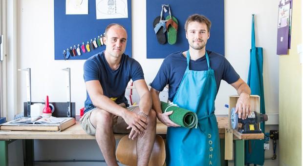 Die Unternehmer Matthias Drexlmaier und Maximilian Hundhammer (v.l.n.r.) vertreiben Flipflops für Outdoorsportler.