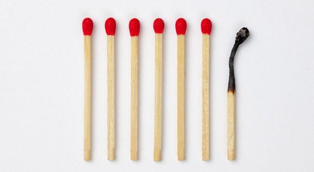 Ausgebrannt? Eine Gefährdungsbeurteilung psychischer Belastungen kann helfen, Maßnahmen gegen Burnout zu entwickeln.