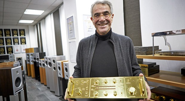 Dieter Burmester mit eine seiner High-End-Audioanlagen beim impulse-Netzwerktreffen im November 2013.