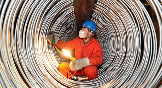 Stahlarbeiter in China: Mit der Abwertung des Yuan soll der schwache Export angekurbelt werden.