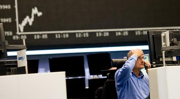 Ein Aktienhändler am Montagmorgen an der Frankfurter Wertpapierbörse: Der Deutsche Aktienindex Dax ist am Morgen unter die Marke von 10 000 Punkten gefallen.