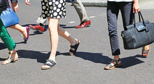 Der Dresscode kann bei Hitze gelockert werden, aber bei Schuhen, Röcken und Hemden gibt es einiges zu beachten.