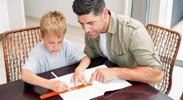 Fördern und fordern: Seinen Kindern bei den Hausaufgaben zu helfen, kann dazu beitragen, die Zukunft des Familienunternehmens zu sichern.