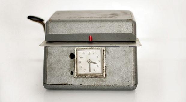 Halb vier zeigt diese Stempeluhr. Wenn Arbeitnehmer nicht so lange arbeiten wollen, haben sie laut Teilzeitgesetz Anspruch auf Teilzeitarbeit.