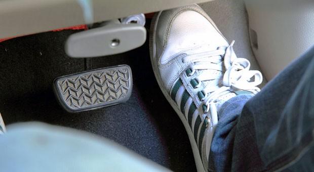 Fuß vom Gas: Telematik-Tarife sollen  bei der Autoversicherung das spezifische Schadensrisiko des Kunden berücksichtigen.