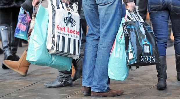 Shopper mit Plastiktüten: für viele Händler ein wichtiges Marketinginstrument.