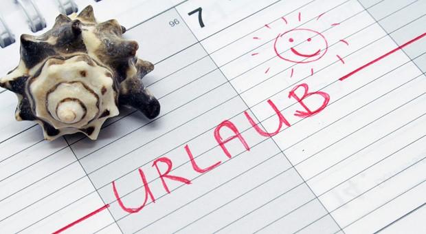 Hier freut sich ein Angestellter auf seinen Urlaub. Laut  Urlaubsrecht stehen ihm mindestens 24 Tage im Jahr zu - bei einer Sechs-Tage-Woche.