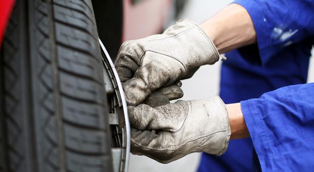 Automechaniker im Blaumann bei der Arbeit: Täglich zehn Minuten fürs An- und Ausziehen.
