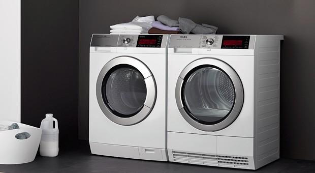 Die AEG ÖkoMix Waschmaschinen vermengen Wasser mit Waschmittel und sprühen diese Mischung auf die trockene Wäsche. So soll das Waschmittel schneller wirken.