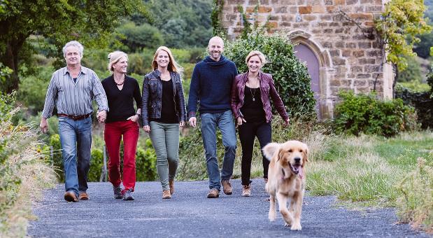 Weingut Mehling: Die neun Hektar Weinberg bewirtschaftet die Familie alleine. Tochter Kathrin Otte (re.) soll 2016 Teilhaberin des Betriebs werden.