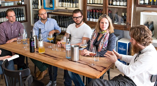 Im gemütlichen Gastraum der Cordobar in Berlin-Mitte diskutierten fünf Weinkenner: Christoph Geyler, Paul Truszkowski, Willi Schlögl, Julia Klüber und Billy Wagner (v.l.n.r.).