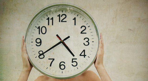Waaas, schon so spät? Wenn Mitarbeiter wiederholt zu spät kommen, kann eine Abmahnung gerechtfertigt sein.