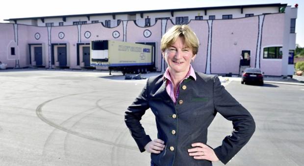 """Barbara Scheitz, Inhaberin der Andechser Molkerei Scheitz, vor ihrer von Friedensreich Hundertwasser inspirierten, neuen Logistikzentrale: """"Wir werden das Unternehmen total verändern."""""""