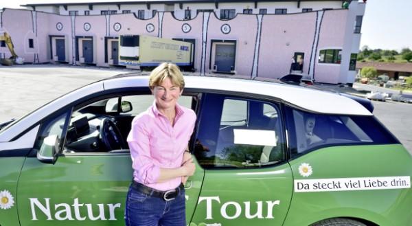 Familienunternehmerin Scheitz will auch beim Thema Mobilität Vorreiterin sein: Der Firmenwagen ist ein Elektroauto