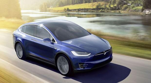 Dürfen wir vorstellen: der Tesla Model X, jüngstes Modell aus der Elektro-Auto-Schmiede von Elon Musk. Auf den ersten Blick kommt der 2468 Kilogramm schwere SUV gewohnt futuristisch daher ...