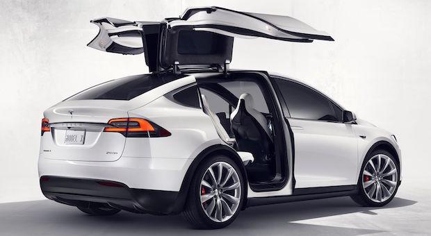 Auffälligste Eigenschaft des Tesla Model X: die beiden nach oben aufschwingenden Falcon-Wing-Türen, die den Weg in die zweite und dritte Sitzreihe elegant frei geben.