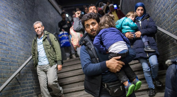 Flüchtlinge aus dem Nahen Osten am Sonntagabend bei ihrer Ankunft am Dortmunder Hauptbahnhof: Viele Unternehmen unterstützen die oft erschöpften Asylsuchenden.